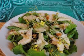 Salada de grãos com pera seca e cogumelo