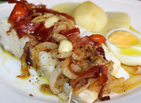 Bacalhau com cebolada de presunto e alho