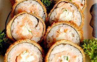 Hot Roll de salmão e Kani