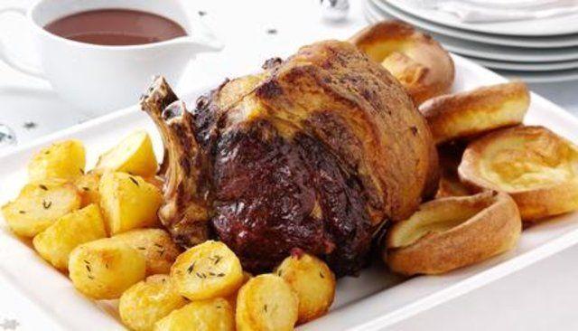 Rosbife com pudins de Yorkshire, batatas assadas e molho
