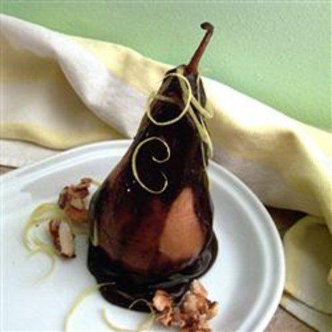 Peras no molho de chocolate