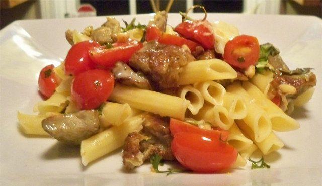 Massas siciliana com tomates, alho e amêndoas