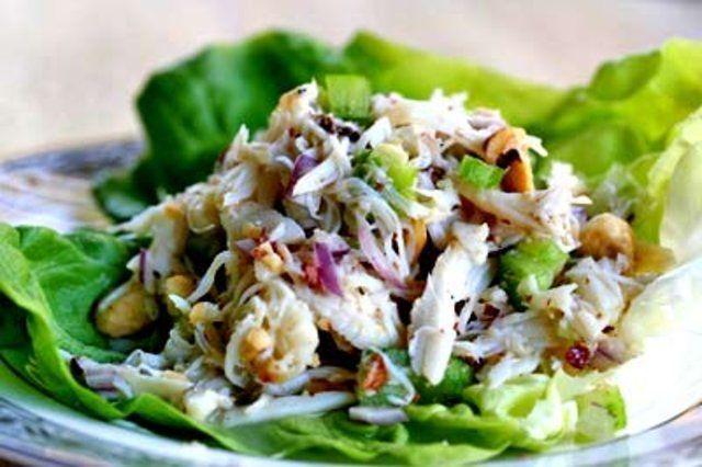 Salada de caranguejo com pêra e avelãs