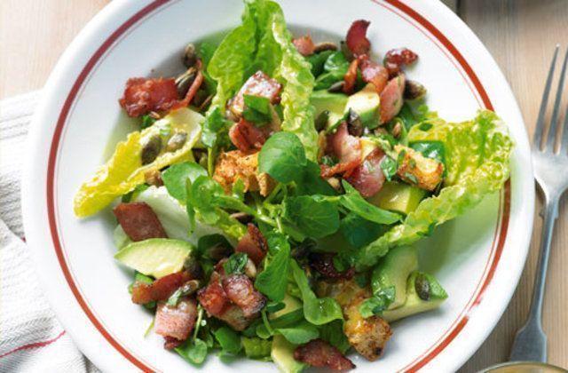 salada de abacate e bacon com croutons de parmesão