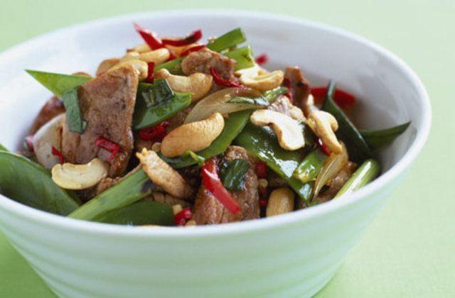 Salada de carne de porco, ervilha e castanha de caju