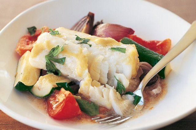 Peixe assado com vegetais e molho de limão e mostarda