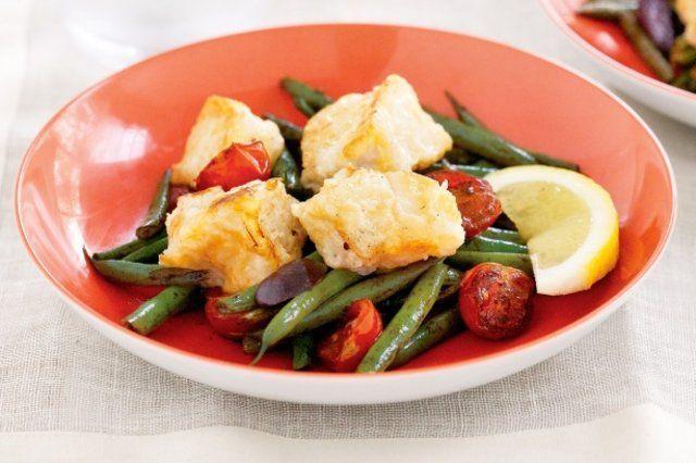 Peixe assado com tomate e salada de vagem