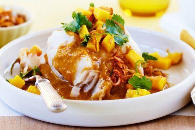 Peixe ao curry com manga e cebolinha