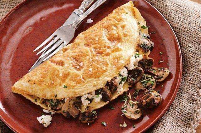 Omelete recheado de cogumelos e ervas
