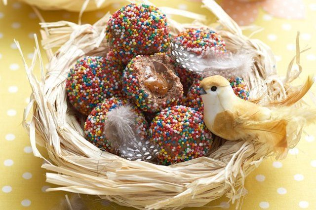 Ovinhos de chocolate recheados com caramelo
