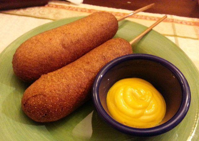 Palitos de salsicha empanada