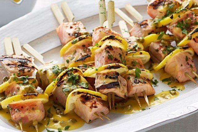 Espetos de salmão com molho de limão e alcaparra