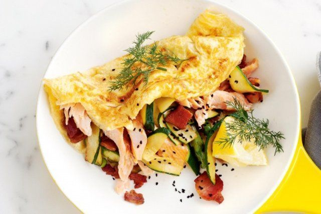 Omeletes de ricota com bacon, salmão e abobrinha