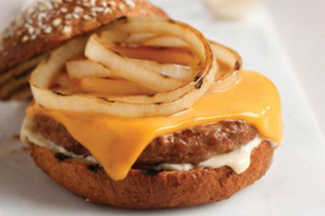Hambúrguer com queijo e cebola