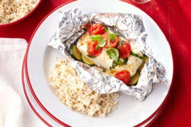 Peixe grelhado com abobrinha e tomate
