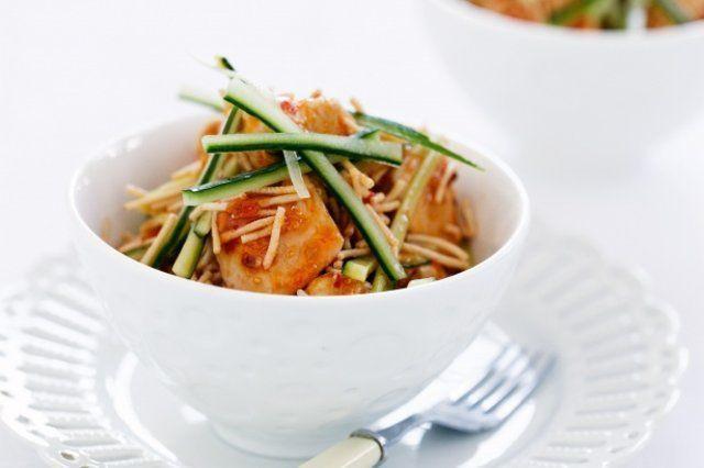 Frango tailandês com macarrão e pepino