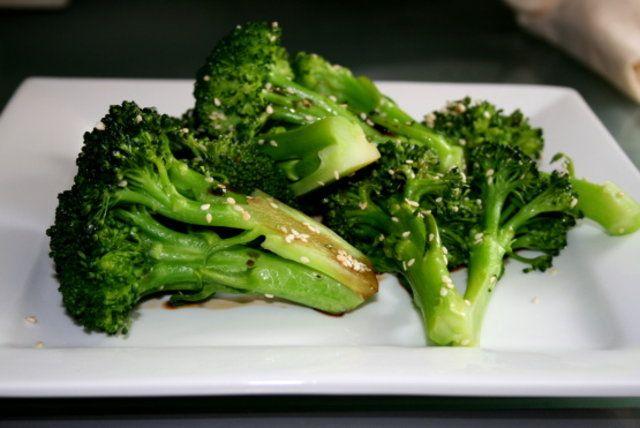 Brócolis com gergelim