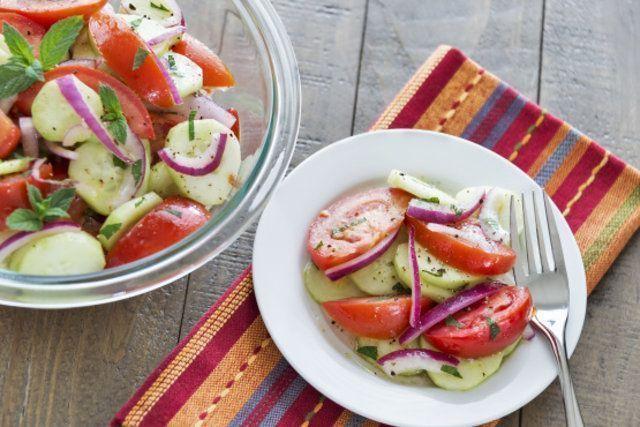 Pepinos, cebolas e tomates temperados