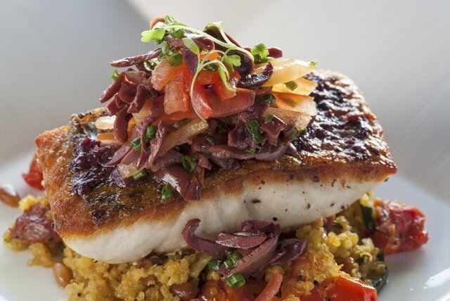 Peixe grelhado com legumes e quinoa