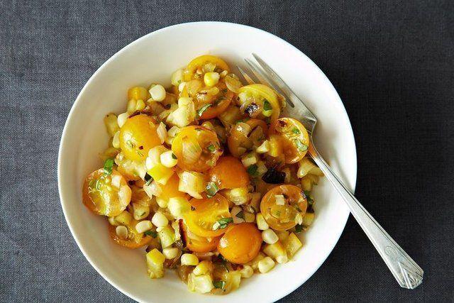 Salada de tomate com milho e cebolas assadas