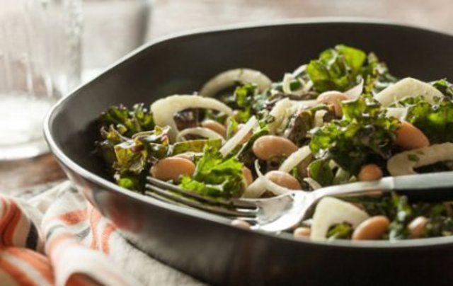 Salada de feijão branco com couve e hortelã