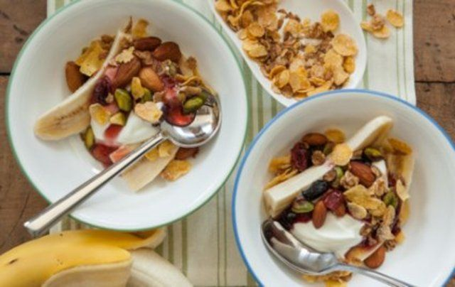 Banana com morango e cereais