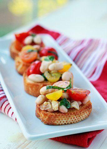 Bruschetta de feijão branco com tomate