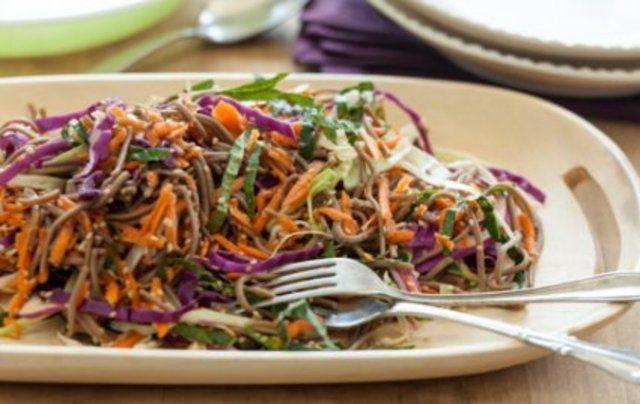 Salada de macarrão com legumes e gergelim
