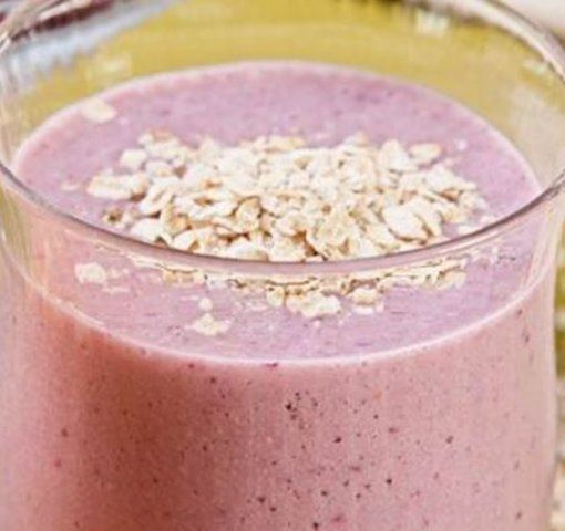 Vitamina de iogurte de morango com aveia