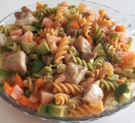 Salada de macarrão com legumes e frango