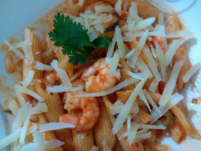 Penne com camarão e molho de tomate