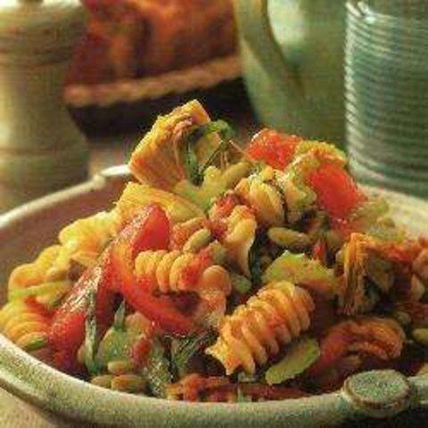Salada de macarrão com feijão-verde e molho de tomate