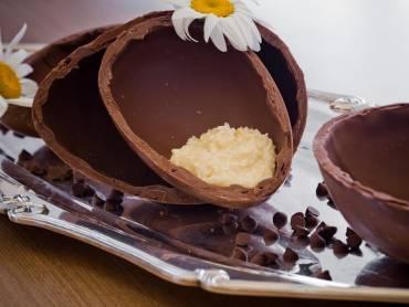 Ovo de Páscoa recheado  com  chocolate ao leite ou meio amargo