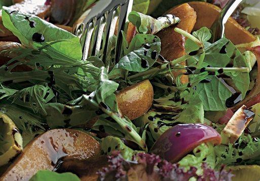 Salada de folhas, pera e cebola-roxa