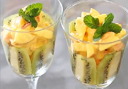 Salada de frutas com iogurte e cúrcuma