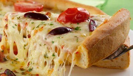 Pizza caseira com dois queijos