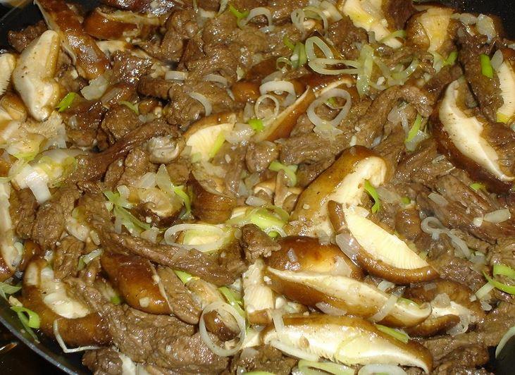 Iscas de filé com cogumelos shitake e alho-poró