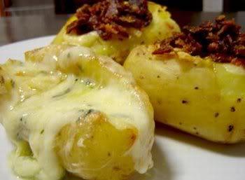 Batata recheada com requeijão e bacon