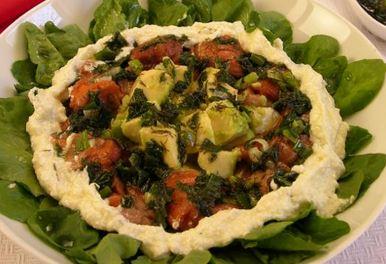 Salada de folhas, abacate e salmão