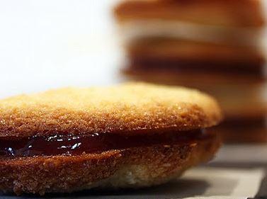 Biscoito de Coco com Recheio de Morango
