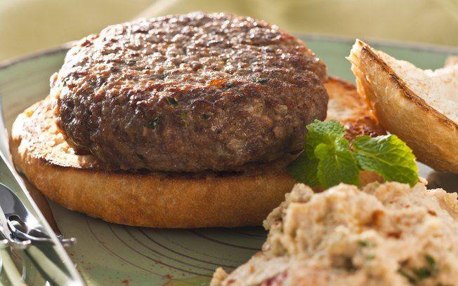 Hambúrguer de cordeiro com pasta de grão-de-bico