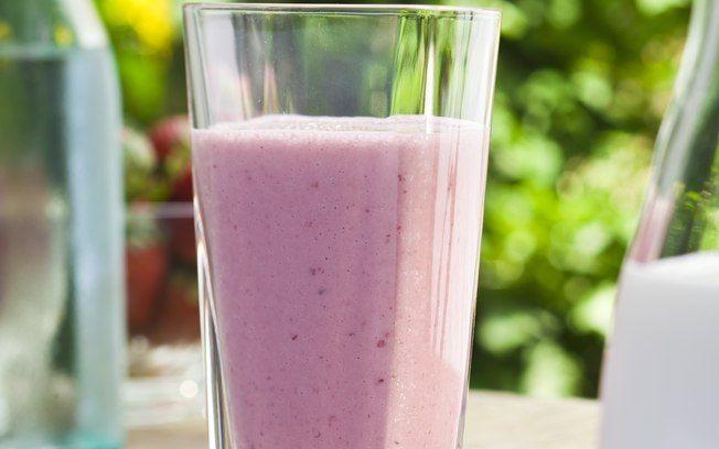 Vitamina de iogurte com banana e frutas vermelhas