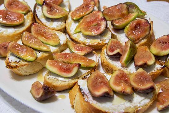 Bruschetta de Figo com queijo de cabra e mel