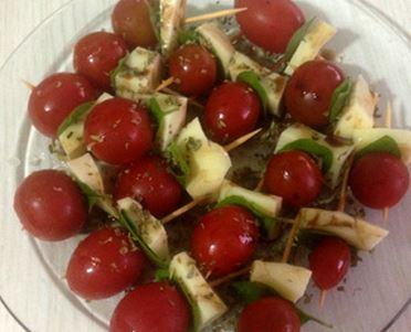 Espetos de tomates cereja e Queijo Minas