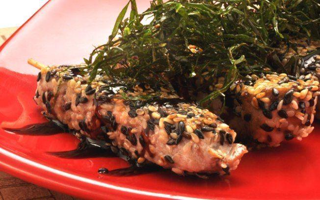 Espetinho de atum em crosta de gergelim