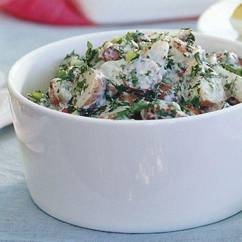 Salada de batata cremosa com limão e ervas frescas