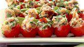 Tomate-cereja recheado com queijo de cabra
