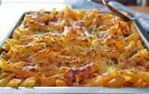Macarrão de forno com molho de tomate e três queijos