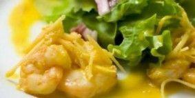 Salada de camarão e coco ao dendê