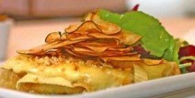Bruschetta crocante de pera com brie e salada